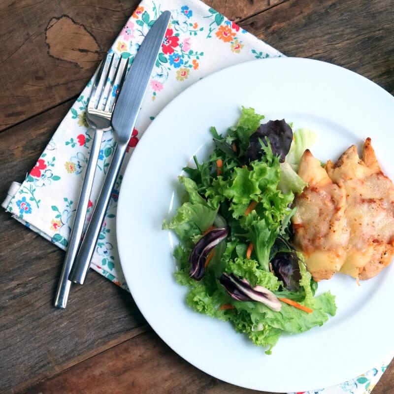 Frango parmegiana ao forno + salada com molho azeite e limão