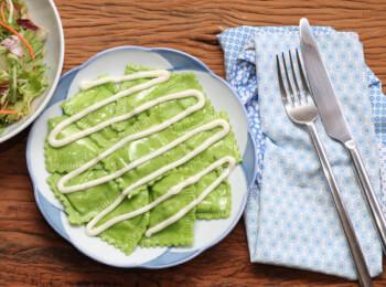 Ravioli verde com mussarela de búfala + molho bechamel + salada com molho azeite e limão