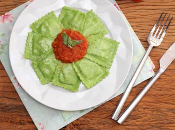 Ravioli verde com mussarela de búfala + molho ao sugo