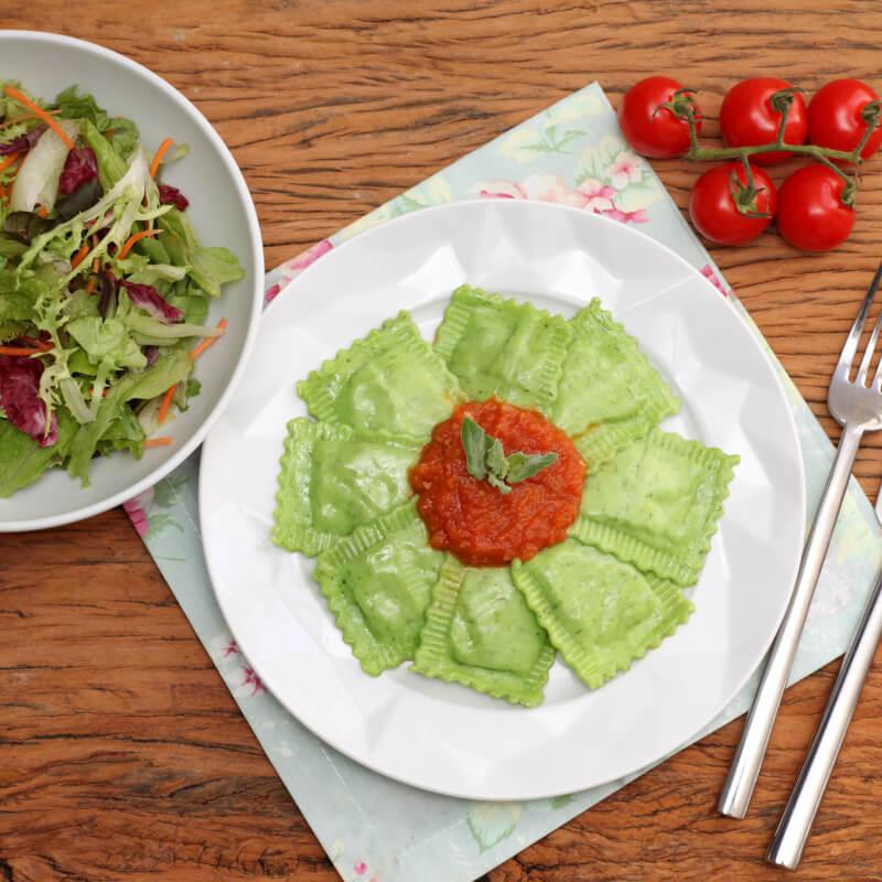 Ravioli verde com mussarela de búfala + molho ao sugo + salada com molho azeite e limão