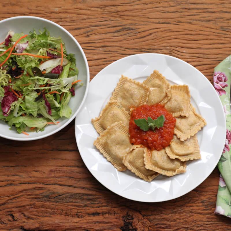 Ravioli integral de búfala e espinafre + molho ao sugo + salada com molho azeite e limão