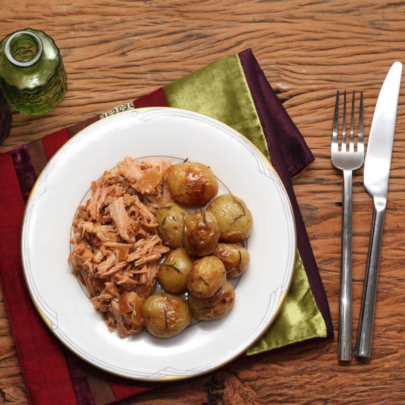 Pulled pork + batata bolinha na manteiga com alecrim