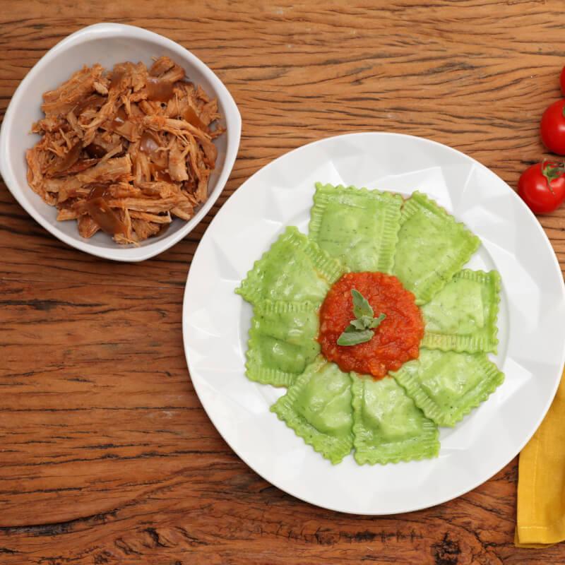 Pulled pork + Ravioli verde com mussarela de búfala + molho ao sugo