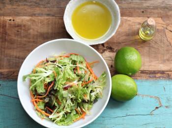 Salada com molho mostarda e mel