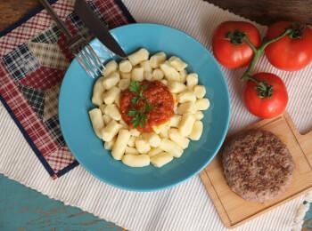 Hamburguer fraldinha + nhoque de batata + molho ao sugo