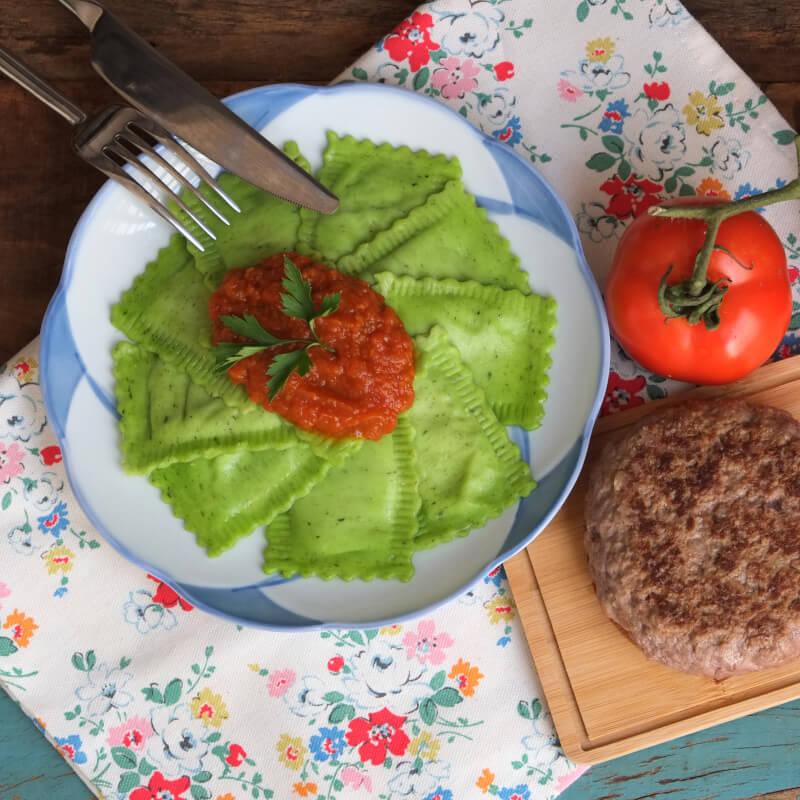 Hamburguer fraldinha + Ravioli verde com mussarela de búfala + molho ao sugo