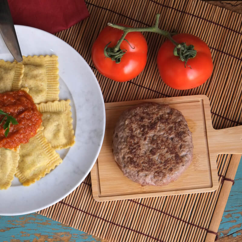 Hamburguer fraldinha + Ravioli integral de búfala e espinafre + molho ao sugo
