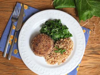 Polpetone mussarela light com crosta quinoa + arroz 7grãos + couve refogada