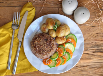 Polpetone mussarela light com crosta quinoa + batata bolinha na manteiga com alecrim + abobrinha com cenoura e mix gold
