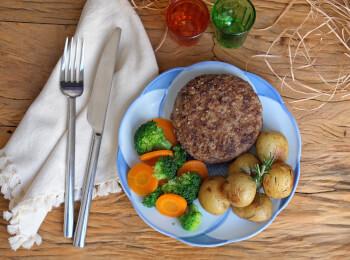 Polpetone mussarela light com crosta quinoa + batata bolinha na manteiga com alecrim + brócolis com cenoura