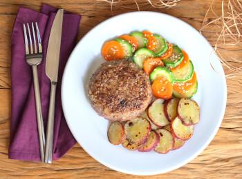 Polpetone mussarela light com crosta quinoa + batata doce + abobrinha com cenoura e mix gold
