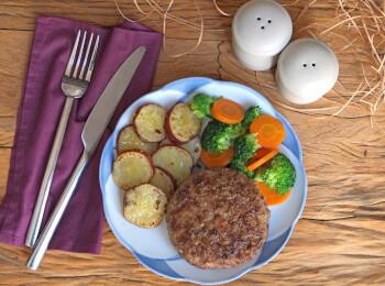 Polpetone mussarela light com crosta quinoa + batata doce + brócolis com cenoura
