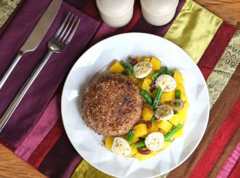 Polpetone mussarela light com crosta quinoa + Mandioquinha com vagem e ovo de codorna