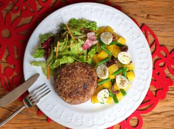 Polpetone mussarela light com crosta quinoa + Mandioquinha com vagem e ovo de codorna + Salada molho azeite e limão