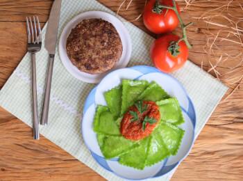 Polpetone mussarela light com crosta quinoa + Ravioli verde com mussarela de búfala + molho ao sugo