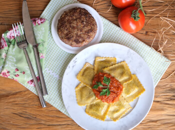Polpetone mussarela light com crosta quinoa + Ravioli integral de búfala e espinafre + molho ao sugo