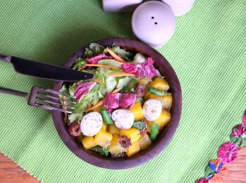 Mandioquinha com vagem e ovo de codorna + Salada com molho azeite e limão