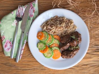 Boeuf bourguignon + arroz 7 grãos + abobrinha com cenoura e mix gold
