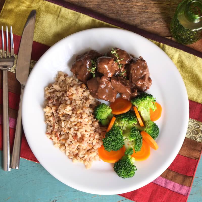 Boeuf bourguignon + arroz 7 grãos + brócolis com cenoura