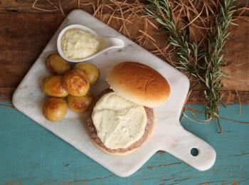 Hambúrguer fraldinha no pão de hambúrguer, molho aioli e batata na manteiga com alecrim