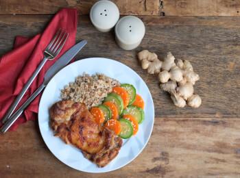Sobrecoxa no missô e gengibre + arroz 7 grãos + abobrinha com cenoura e mix gold