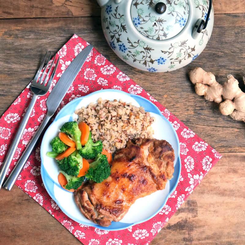 Sobrecoxa no missô e gengibre + arroz 7 grãos + brócolis com cenoura