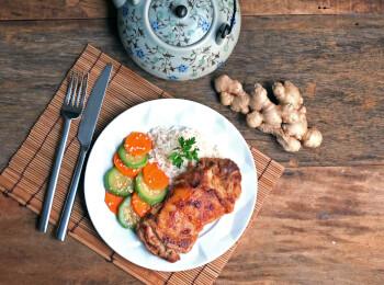 Sobrecoxa no missô e gengibre + arroz branco + abobrinha com cenoura e mix gold