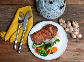 Sobrecoxa no missô e gengibre + arroz branco + brócolis com cenoura