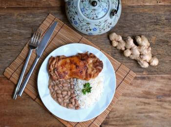Sobrecoxa no missô e gengibre + arroz branco + feijão carioca