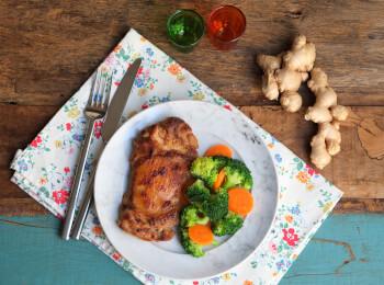 Sobrecoxa no missô e gengibre + brócolis com cenoura