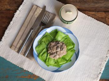 Ravioli verde com mussarela + molho ao funghi