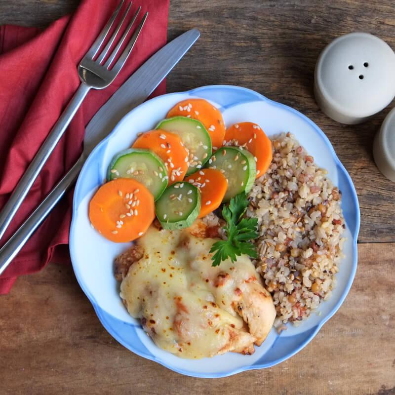 Frango parmegiana ao forno + arroz 7 grãos + abobrinha com cenoura e mix gold