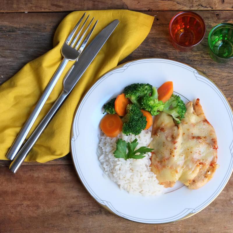 Frango parmegiana ao forno + arroz branco + brócolis com cenoura