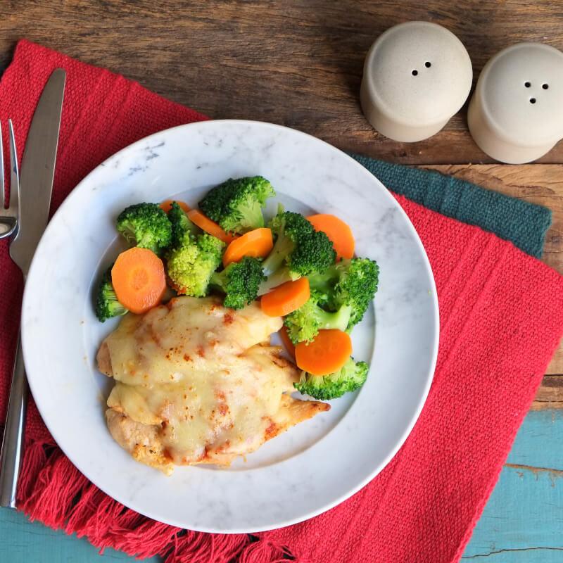 Frango parmegiana ao forno + brócolis com cenoura