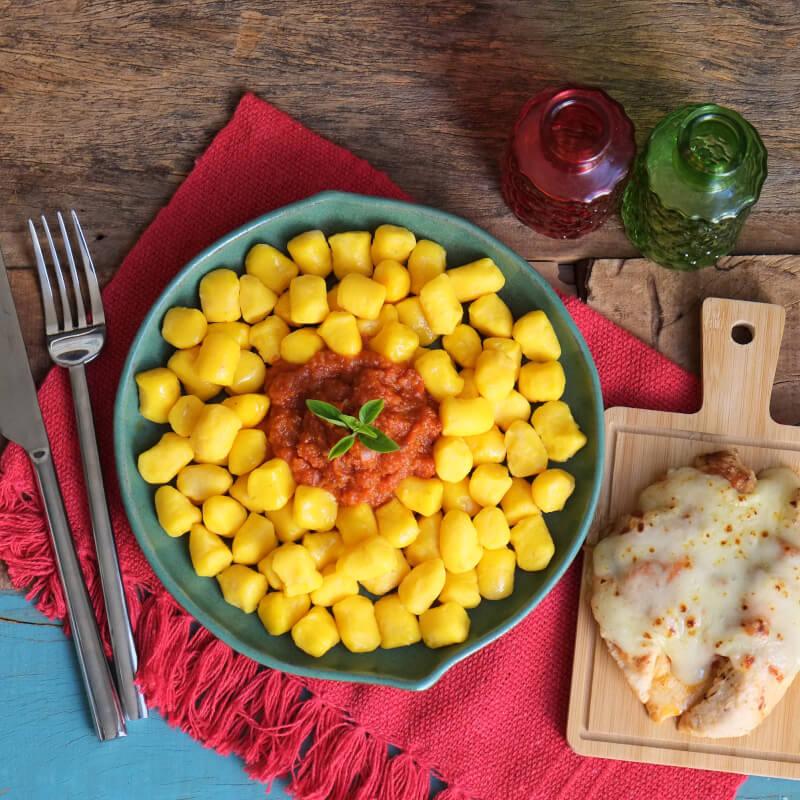 Frango parmegiana ao forno + nhoque de mandioquinha + molho ao sugo