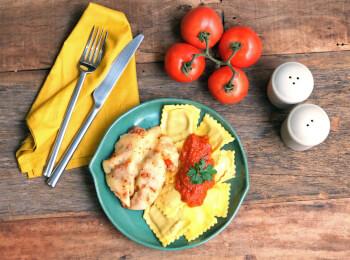 Frango parmegiana ao forno + ravioli quatro queijos + molho ao sugo