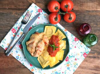 Frango parmegiana ao forno + ravioli caprese + molho ao sugo