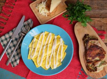 Sobrecoxa grelhada + ravioli quatro queijos + molho béchamel