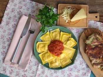 Sobrecoxa grelhada + ravioli quatro queijos + molho ao sugo