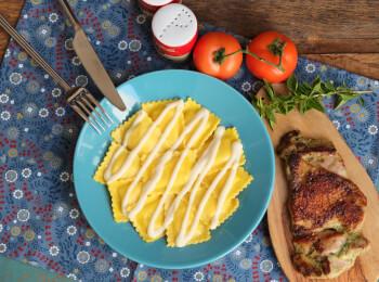 Sobrecoxa grelhada + ravioli caprese + molho béchamel