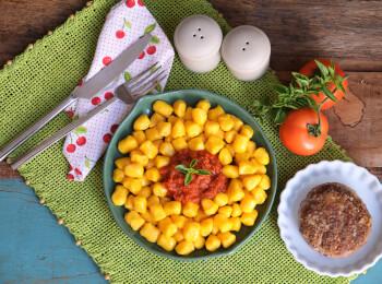 Polpetone mussarela com crosta quinoa + nhoque de mandioquinha + molho ao sugo