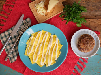 Polpetone mussarela light com crosta quinoa + ravioli quatro queijos + molho béchamel