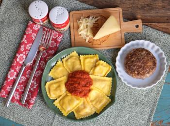 Polpetone mussarela light com crosta quinoa + ravioli quatro queijos + molho ao sugo