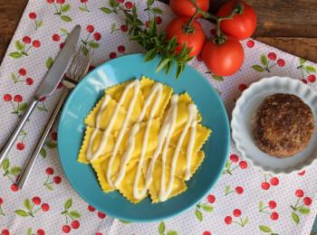 Polpetone mussarela light com crosta quinoa + ravioli caprese + molho béchamel