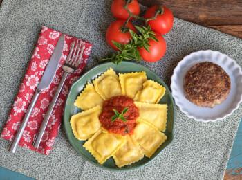 Polpetone mussarela light com crosta quinoa + ravioli caprese + molho ao sugo