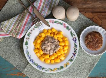 Polpetone mussarela light com crosta quinoa + nhoque de mandioquinha + molho funghi
