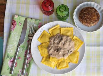 Polpetone mussarela light com crosta quinoa + ravioli quatro queijos + molho funghi