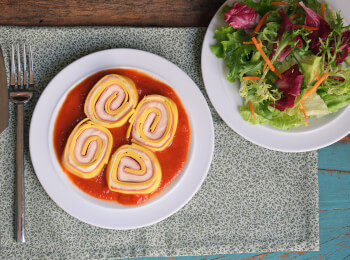 Rondelli presunto e queijo + molho sugo + salada