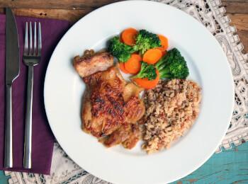 Sobrecoxa ao curry + arroz 7 grãos + brócolis com cenoura