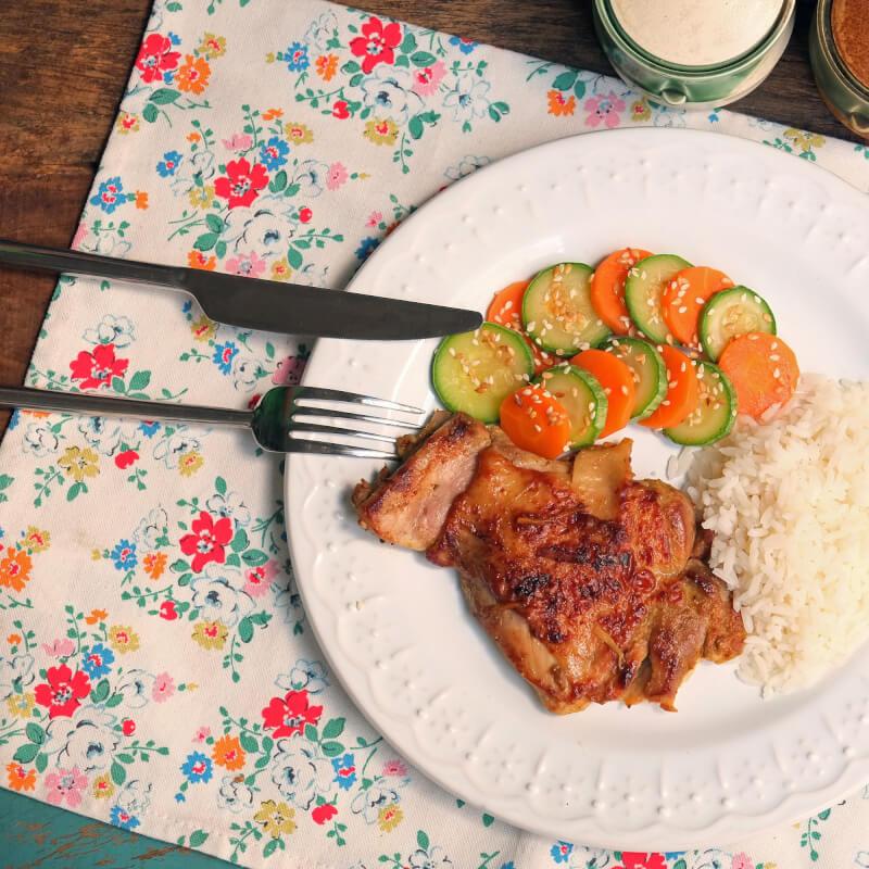 Sobrecoxa curry-arroz branco-abobrinha